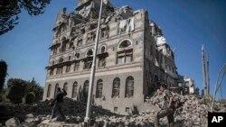 یمن کے دارالحکومت صنعا میں واقع بمباری کا نشانہ بننے والی ایک عمارت (فائل فوٹو)
