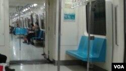 台北捷运列车上(2016年4月4日 美国之音齐勇明拍摄)