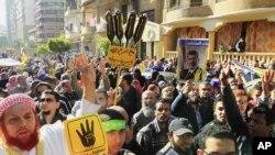 Pendukung presiden terguling Mohammed Morsi yang sebagian besar adalah dari kelompok Ikhwanul Muslimin turun ke jalan melakukan protes, 27/12/2013.