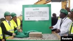 Le Premier ministre ivoirien Daniel Kablan Duncan, à gauche, le président de Heineken International pour l'Afrique, Moyen-Orient et Easten Europe, Roland Pirmez, deuxieme à gauche, et le chef de l'exploitation de CFAO, Marc Bandelier, discutent après avoir dévoilé la première pierre d'une nouvelle brasserie Abidjan, 25 septembre 2015. REUTERS / Luc Gnago
