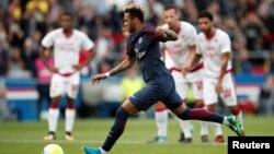 Neymar marque sur penalty lors du match entre le PSG, son équipe, et Bordeaux, au Parc des princes, Paris, 30 septembre 2017.