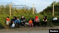 Một nhóm di dân ngồi tại thị trấn Sid ở miền Nam Serbia, giáp biên giới Croatia, ngày 16/9/2015.