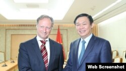Ông Bruno Angelet, Đại sứ, Trưởng Phái đoàn Liên minh châu Âu (EU) và Phó Thủ tướng Việt Nam Vương Đình Huệ, tại Hà Nội, ngày 21/11/2017.
