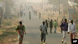 Quelques personnes marchent sur l'une des principales artères de Mbuji Mayi, chef-lieu de la province du Kasaï Oriental, 30 juillet 2006.