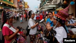 خرده فروشان در یک منطقه توریستی «خائو سان رود» در بانکوک، ۶ خردادماه (۲۷ مه)