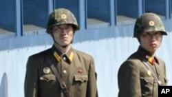 남측을 주시하는 판문점의 북한경비병들 (자료사진)