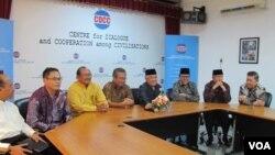 Tokoh-tokoh lintas agama menyampaikan keprihatinan mereka atas munculnya ketegangan sektarian terkait pemilihan gubernur DKI Kota Jakarta (17/10). (VOA/Fathiyah Wardah)