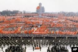 1976年10月,官方组织北京天安门广场上百万人集会,庆祝粉碎四人帮,华国锋担任中共主席