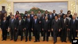 2014年10月24日中國國家主席習近平(中)與貴賓等在亞投行簽字儀式上。