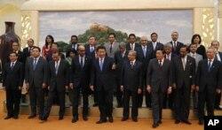 中国国家主席习近平在北京的人民大会堂接见参加亚洲基础设施投资银行成立备忘录签署仪式的各国代表。(2014年10月24日)