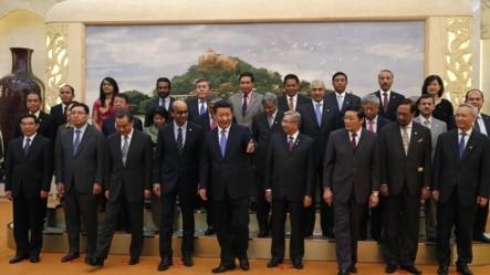 2014年10月24日,中国国家主席习近平(中)参加亚洲基础设施投资银行签字仪式