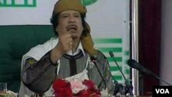 Gambar yang diambil dari siaran stasiun televisi pemerintah Libya ini menunjukkan Moammar Gaddafi berpidato kepada para pendukungnya dan wartawan di Tripoli, Rabu (2/3).