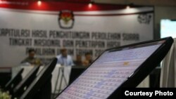 Hasil penghitungan ditayangkan secara terbuka. (Foto courtesy: KPU RI)