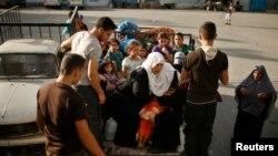 Cư dân Palestine rời bỏ nhà cửa chạy lánh nạn.