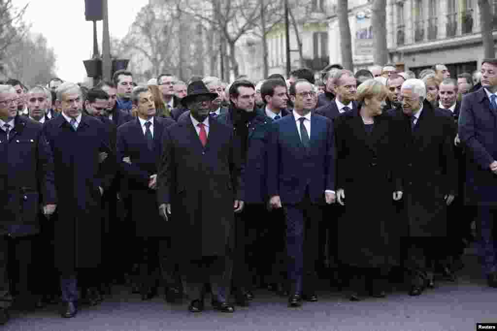 Tổng thống Pháp Francois Hollande và lãnh đạo của các quốc gia tham gia cuộc tuần hành biểu dương tinh thần đoàn kết sau các vụ bạo động khủng bố trên các đường phố của Paris, ngày 11/1/2015.