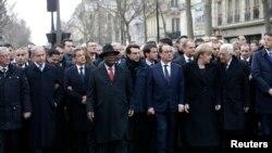 Rais wa ufaransa Francois Hollande akiwa amezungukwa na viongozi wa dunia kwenye maandamano katika mitaa ya Paris.