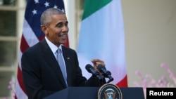 Prezidan Ameriekn an Barack nan jaden rose nan Mezon Blanch nan Washington, 18 Oktòb, 2016.