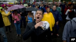 Un manifestante grita durante una protesta gubernamental bajo la lluvia en Caracas, el jueves 13 de abril.