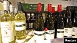 지난해 8월 중국 상하이 시내 매장에 호주산 와인병들이 전시되어 있다. (자료사진)