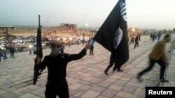 Un combattant du groupe Etat islamique à Mossoul, le 23 juin 2014.