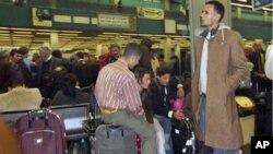 的黎波里机场挤满了希望离开利比亚的外国人