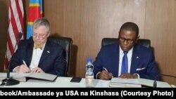 Mokambi ya USAID, Paul Sabatine (D) na ministre ya boyokani na molongo ya RDC, Pépin-Guillaume Manjolo bazali kotiya manzaka na boyokani mpo na lisungi ya Etats-Unis na RDC, na Kinshasa, RDC, 21 novembre 2019. (Facebook/Ambassade ya USA na Kinshasa)