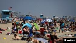 Ljudi na plaži Hantington u Kaliforniji (Foto: Rojters/Patrick T. Fallon)