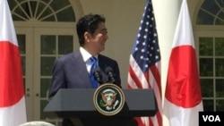 日本首相安倍晉三在白宮歡迎儀式上(美國之音張蓉湘拍攝)