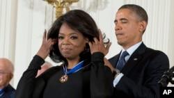 Tổng thống Barack Obama trao Huân chương Tự do cho thần tượng truyền hình Oprah Winfrey tại Tòa Bạch Ốc, 20/11/2013