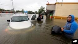28일 허리케인 '허비'로 피해를 입은 미국 남부 텍사스 주 휴스턴시의 도로가 침수되고 차가 물에 잠겼다.