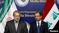 Juru bicara parlemen Iran Ali Larijani (kiri) dan juru bicara parlemen Irak Salim al-Jabouri berbicara dalam konferensi pers di Baghdad 24 Desember 2014. (REUTERS/Thaier Al-Sudani)