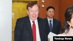 로버트 킹 미국 국무부 북한인권특사가 4일 한국 외교부 임성남 1차관과 면담한 뒤 외교부 청사를 나서고 있다.