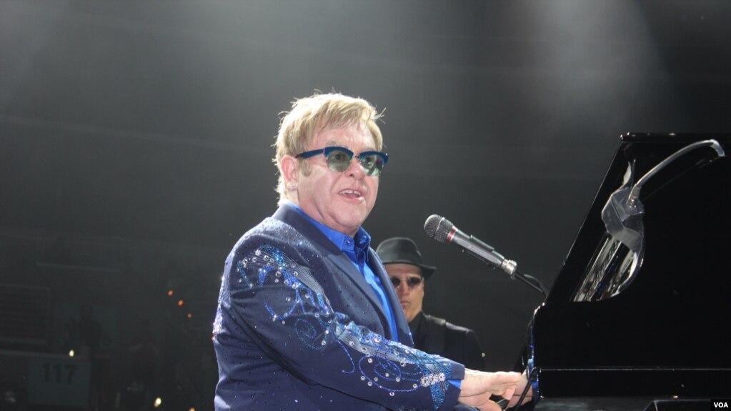 Elton John durante un concierto en Washington, D.C., en 2013.