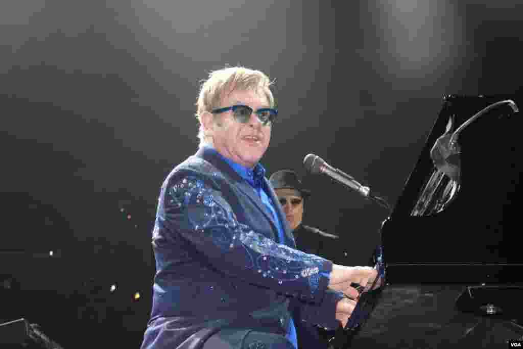 Sentado al piano elegantemente vestido, como es su costumbre, Elton John apareció sobre el escenario del Verizon Center en Washington.