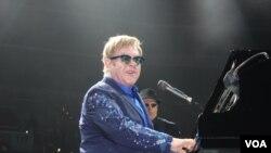Elton John ofrece concierto en Washington