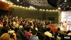 龍應台在喬治華盛頓大學談兩岸文化交流(美國之音石瑛、劉釗拍攝)