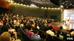 龙应台在乔治华盛顿大学谈两岸文化交流(美国之音石瑛、刘钊拍摄)