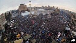 15일 우크라이나 수도 키예프에서 유럽연합과의 협정 체결을 요구하는 대규모 반정부 시위가 열렸다. 시위에는 20만명이 참가한 것으로 추산됐다.