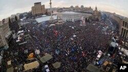 Les manifestants pro-européens réunis lors d'un rassemblement place de l'Indépendance à Kiev, en Ukraine, le dimanche 15 décembre 2013.