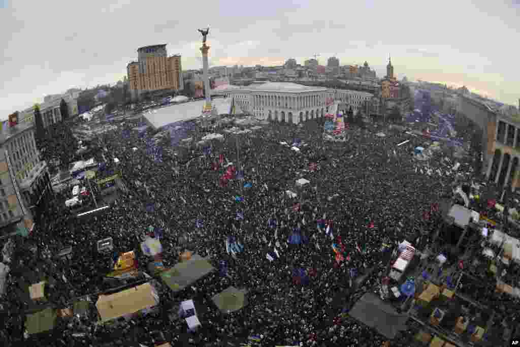 Pro-European Union activists rally in Independence Square, Kyiv, Dec. 15, 2013.