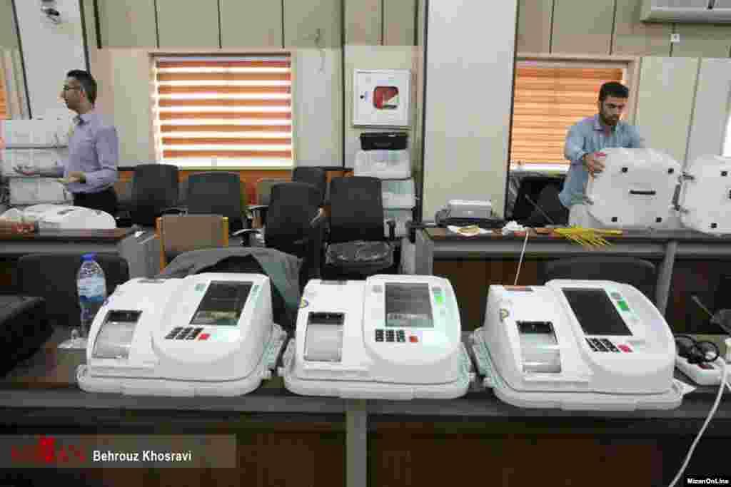 امسال برای اولین بار از صندوقهای الکترونیکی رایگیری استفاده میشود. سلامت انتخابات در ایران یک دغدغه قدیمی و مهم است
