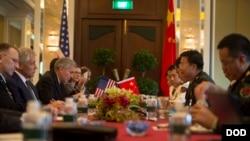 Menhan AS Chuck Hagel dan Kepala Staf Militer China Letjen Wang Guanzhong dalam pertemuan bilateral kedua negara, di acara Shangri-La Dialogue, Singapura (31/5).