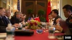 美国国防部长哈格尔5月31 日与中国军队副总参谋长王冠中会晤(美国国防部图片)