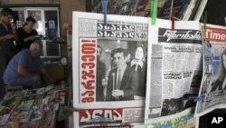 Người dân Gruzia đọc báo trên đường phố ở Tbilisi, ngày 2/10/2012