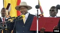 Yoweri Museveni (bertopi) saat melakukan sumpah jabatan sebagai Presiden Uganda untuk masa jabatan berikutnya di ibukota Kampala (12/5).