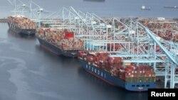 Los Angeles Limanı'nda yük boşaltmayı bekleyen gemiler
