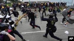 香港警方與抗議者在2019年8月24日發生衝突