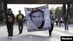 抗议民众手举马丁的画像