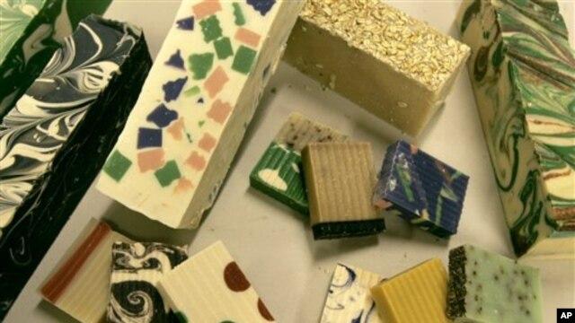 Sabun-sabun buatan perusahaan SoapPrizes diminati pelanggannya, yang menjadi semakin tertarik setelah tahu bahwa sabun-sabun itu diproduksi secara lokal (foto: Dok).