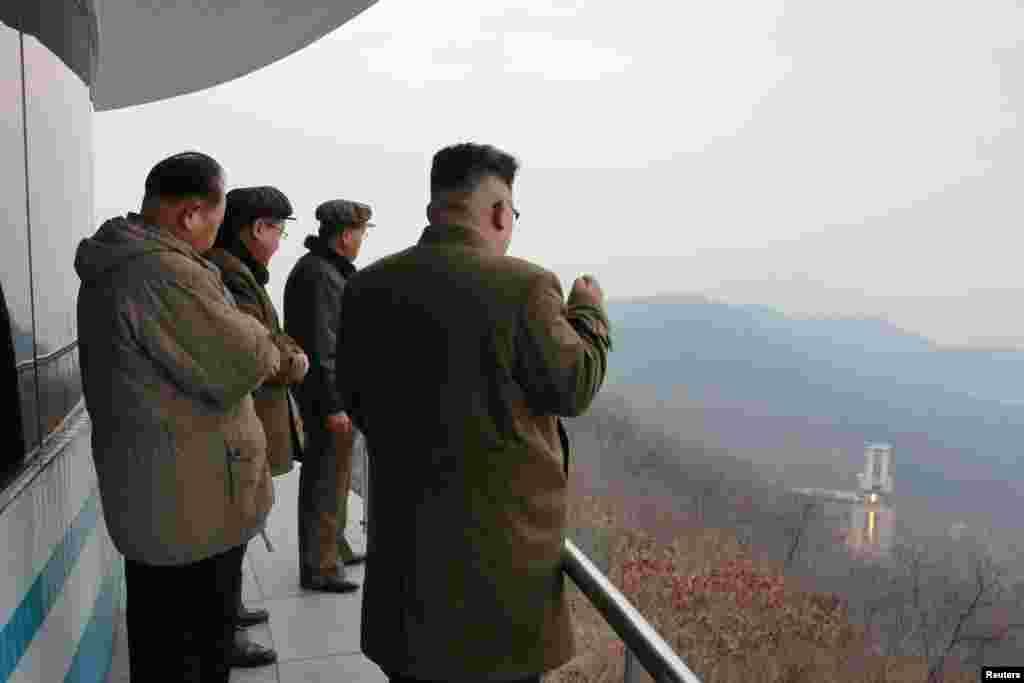 북한 김정은 국무위원장이 18일 서해위성발사장에서 실시한 신형 고출력 로켓엔진 지상분출실험 현장을 내려다보고 있다.